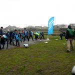 スタート地点で、アイスブレイクを兼ねた準備体操(鴨居人道橋下) AQUA SOCIAL FES!! 2012 PROGRAM17 みんなの鶴見川流域プロジェクト 第1回 鴨居~綱島・中流川辺自然観察とウォーキングとクリーンアップ