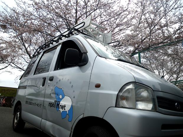 バク号と桜(2012年4月7日 鴨居高水敷付近にて)