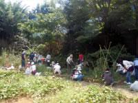 保護者の方々と共同で、校庭内の草刈り