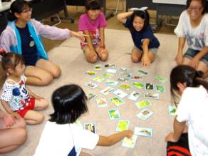 2012年7月、気仙沼の子どもたちとライジャケ隊で生きものカルタ大会!みんなすっかり打ち解け、楽しんでくれました。(東日本子どもの自然体験活動交流事業)