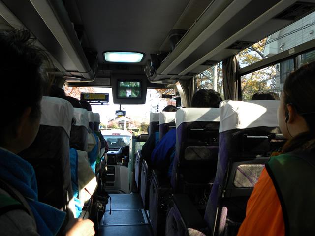 まずは集合場所の淵野辺駅からみつやせせらぎ公園までバス移動。車内では、AQUA SOCIAL FES!!の活動が紹介された「いいね!JAPANソーシャルアワード」の動画を視聴。