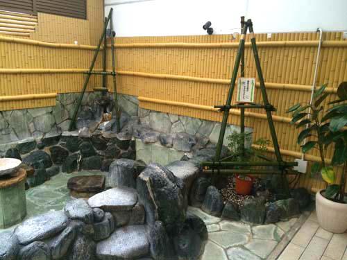 鶴見川流域の竹を使ったオブジェが露天風呂に登場